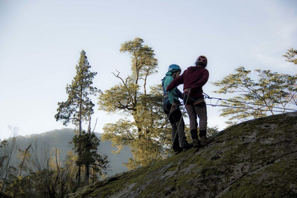 Actividad de rapel realizada por Club de montaña, Cumbre Sur de la localidad de Correntoso, Lago Chapo